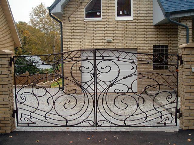 художественная ковка на воротах deko-master.ru